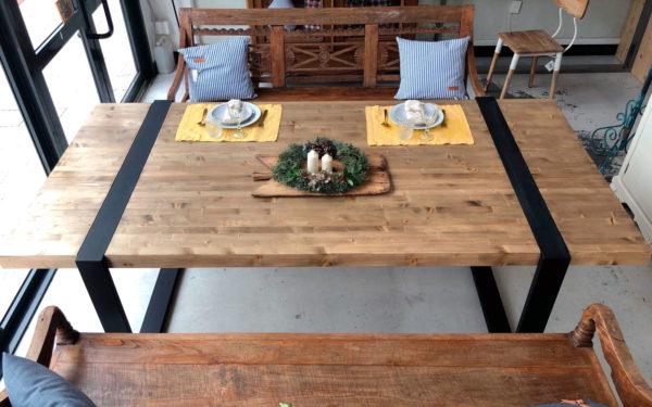 mesa de madera y hierro