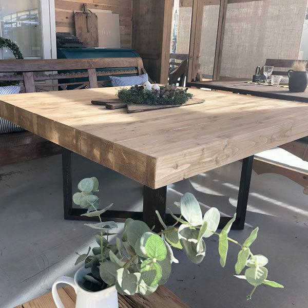 mesa de madera de abeto y patas de hierro