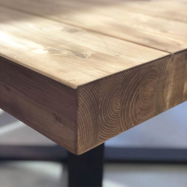 mesa de madera maciza y patas de hierro