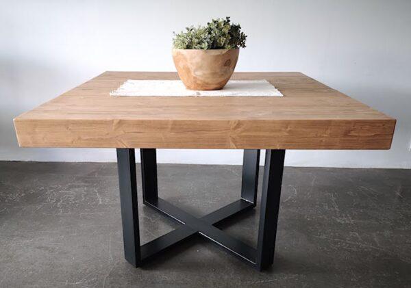 Mesa de viga de madera y hierro