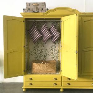 armario amarillo de madera de pino