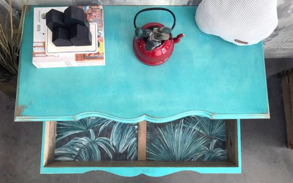 cómoda de madera turquesa
