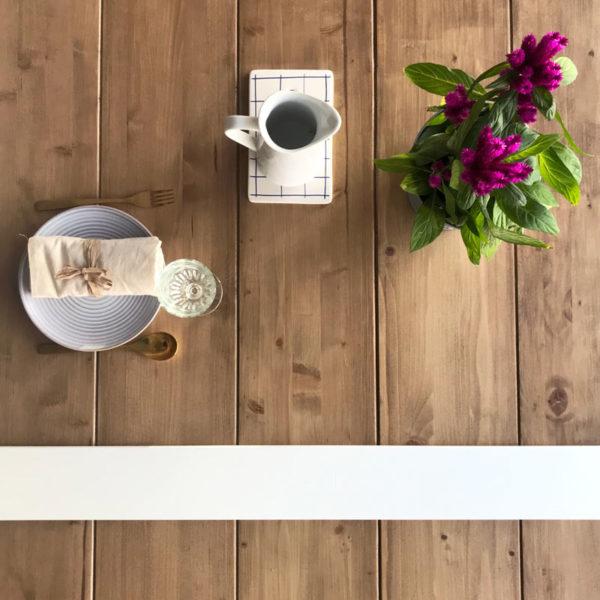 mesa de madera maciza y estructura de metal