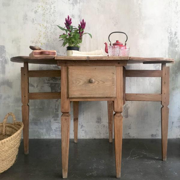 mesa de madera antigua