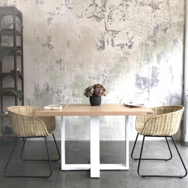mesa de madera con patas de hierro blancas