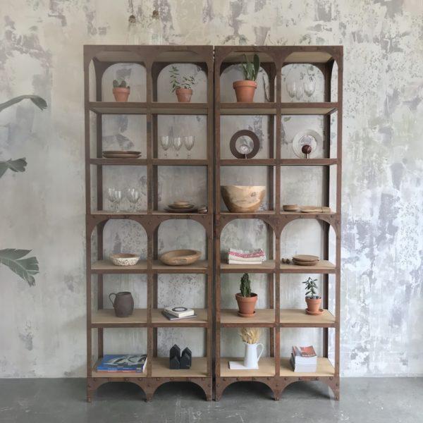 estantería de hierro y madera