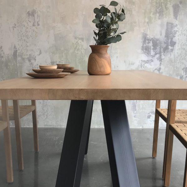 mesa de roble macizo y patas de hierro