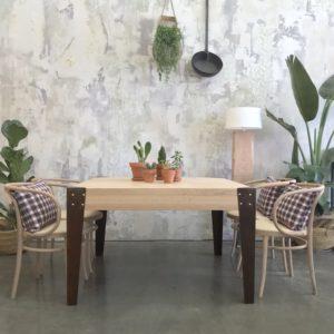 mesa de madera y patas de hierro