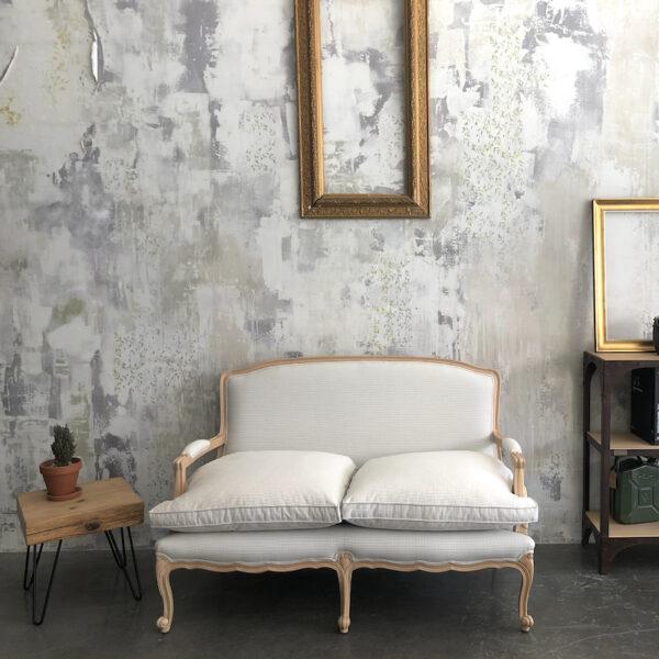 sofá de madera y tapizado vichy